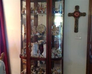 Very nice curio cabinet, (lighted)