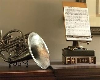 Faux French horn, Musical stand