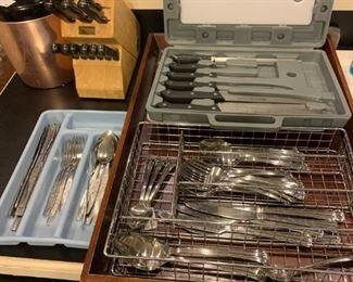 Kitchen: Knife sets, silverware sets