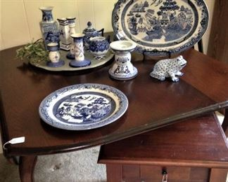 Beautiful dining table -- drop leaf on either side (has extra leaves)