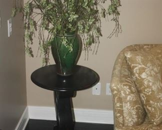 LAMP TABLE WITH FLORAL PIECE