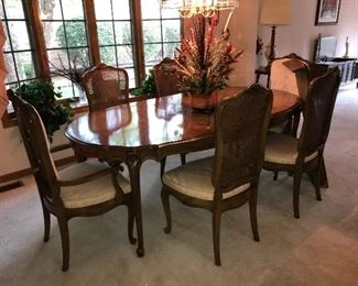 Broyhill Dining Room Table and 6 Chairs comes with 2 leaves and pads $385.00 (pick up only)