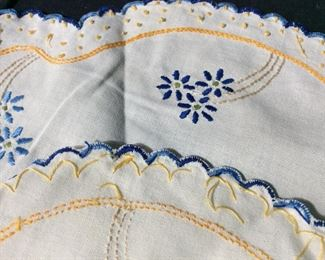 Lot Vintage Collectible Embroidered Table Linens