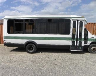 PIC 1 OF 4 FORD F450 1999 BUS RUNS AND DRIVES GOOD RUBBER ALL ROUND