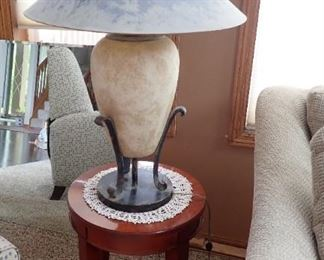 ROUND TABLE / LAMP
