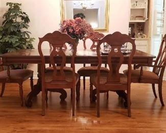 Formal Dining Table with 6 Chairs in beautiful condition