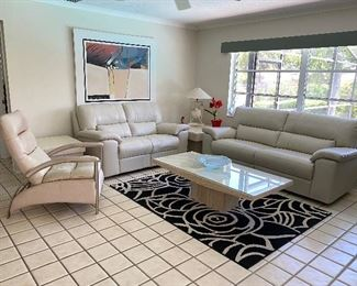 Set Couch & loveseat electric recliners.