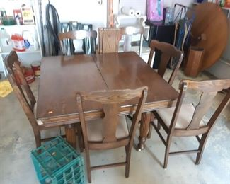 Really nice oak dining room table and chairs with 3 leaves and 6 chairs