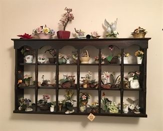 Decorative display shelf and floral decorations