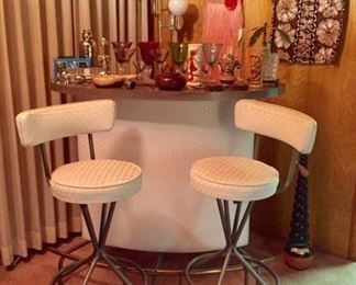 Adorable 60s Free Standing Bar with 2 Stools mint condition