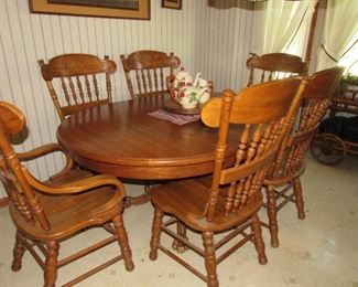 Oak table with 6 chairs- Pulasky furniture