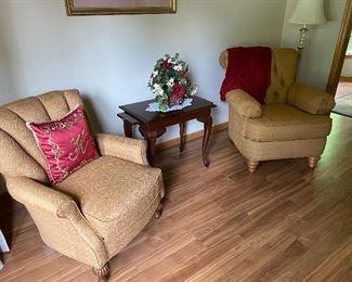 Mint condition Flexsteel chairs; tea table; Stiffel floor lamp