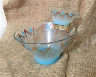 You will be the perfect hostess with this retro dip and chip set