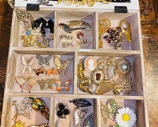 LARGE COLLECTION OF BROOCHES