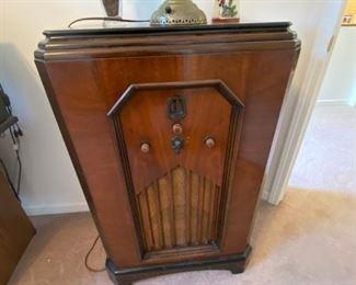 SCOTT WOOD FLOOR MODEL RADIO