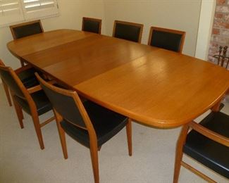 Svegard Dining table w 2 leaves & 8 chairs.