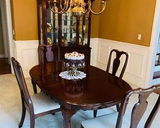 "$450 ETHAN ALLEN FORMAL DINING TABLE WITH 6 CHAIRS 66""L x 44""W x 29""H 2 LEAVES AVAILABLE MEASURES  18""L x 44""W 4 REGULAR CHAIRS / 2 ARMCHAIRS"