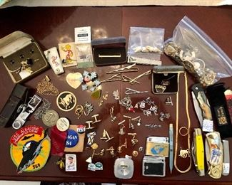 Vintage assortment: pins, knives, jewelry (costume & gold)...