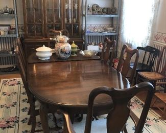 Ethan Allen Queen Anne Table/has leaf, pad, and 6 chairs