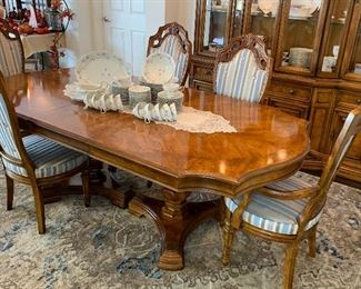 Absolutely beautiful, Bernhardt dining table w/6 chairs, 2 leaves and pads