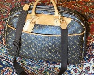 $750 LOUIS VUITTON ALIZE 24 LUGGAGE
