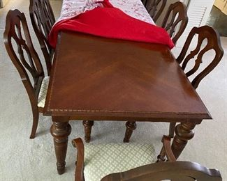 BROYHILL table and chairs.  MONDAY PRICE IS $300 FOR SET.