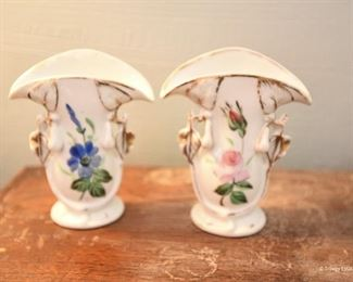 Two small fan vases $6