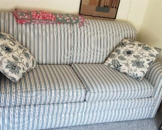 Lovely couch in nearly new condition