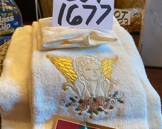Lot 1677. $ 6.00. Holiday Bath Set of Towels, Cute round accent pillow