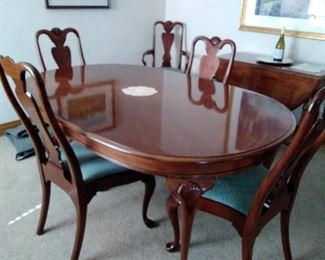 Beautiful dining Room table and 8 chairs 2 leaves and pads