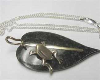 Sterling silver and stone frog pendnat