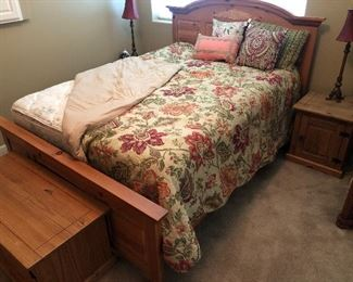 BROYHILL Queen Size Bedroom Set