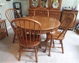 $200.00, Thomasville house table & chars with leaves and table pads