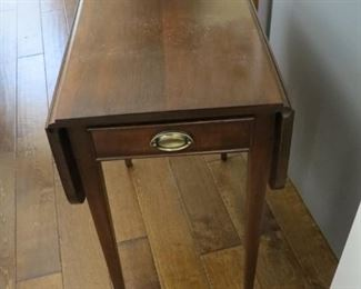 A PAIR OF DROP LEAF SIDE TABLES.
