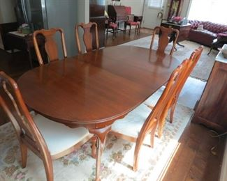 MAHOGANY DINING ROOM TABLE WITH 6 CHAIRS.