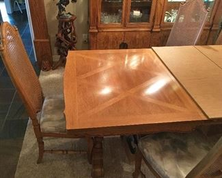 Quality Wood design on this Thomasville Table.