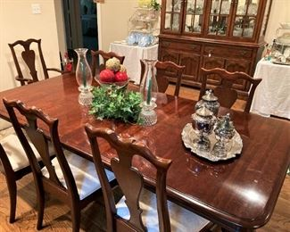 Lovely dining table and 8 chairs