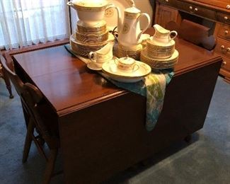 Beautiful 1960s Drop leaf table w/2 leafs 4/chairs