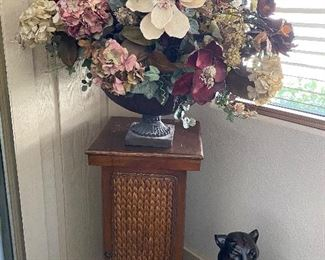 Pedestal/flower arrangement