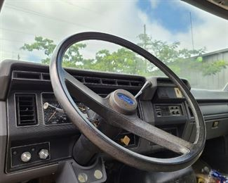 '92 FORD F600 FLAT BED TRUCK - Interior