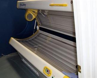 """Sportarredo Holiday 45 Level 2 Tanning Bed With 32 Bulbs, Powers On, Bulbs Replaced In January 2020, 37"""" x 82"""" x 36"""""""