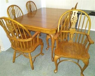 Oak Dini g Table & 6 Chairs (has 2 leaves that are not shown)