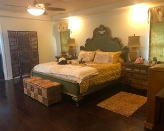 THOMASVILLE BED WITH ULTIMATE ACCENT SIDE TABLES