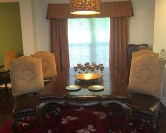TABLE COMES WITH 6 DINING CHAIRS , 2  WHICH ARE CAPTAIN CHAIRS.