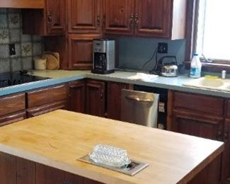 Solid wood kitchen cabinets manufactured by QuakerMaid