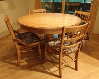 OAK ROUND TABLE AND 5 - CHAIRS WITH 1 -  LEAF