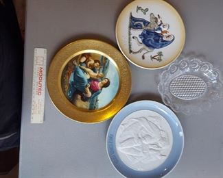 Decorative plates, 4 for $10