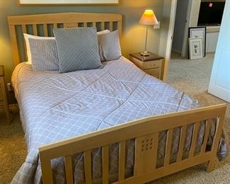 Queen size Baronet Maple bed with mattress	83x64x52	HxWxD	D930
