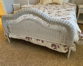 Queen size white wicker bed with mattress	86Lx59Wx54H		D921