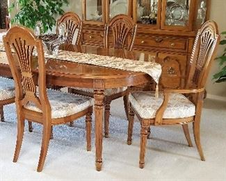 Gorgeous Thomasville dining table and 6 chairs with leaves